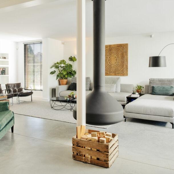 ontwerp interieur bungalow. materialen beton, vrijhangende haard en eiken hout.